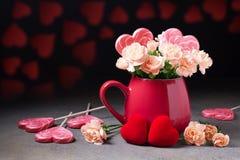 Le brunch de la fleur fleurit dans une tasse rouge Photo stock