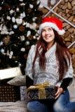 Le brunett i jultomtenhatt Royaltyfri Fotografi