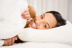 Le brunett på säng Royaltyfri Bild