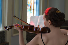 Le brunette de beauté joue le violon photos stock