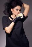 Le brunette magnifique avec un blanc s'est levé Photographie stock libre de droits