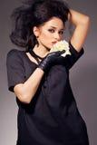 Le brunette magnifique avec un blanc s'est levé Image libre de droits