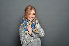 Le brunettkvinnan som bär den stack tröjan Fotografering för Bildbyråer