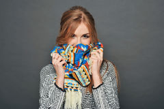 Le brunettkvinnan som bär den stack tröjan Royaltyfria Foton