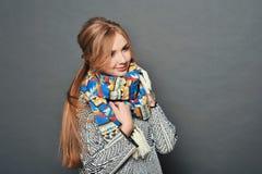 Le brunettkvinnan som bär den stack tröjan Arkivfoto