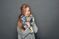 Le brunettkvinnan som bär den stack tröjan Arkivbilder