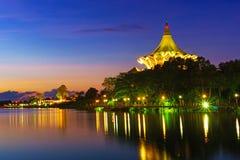 Le bâtiment d'Assemblée législative d'état de Sarawak à l'aube Image libre de droits