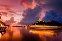Le bâtiment d'Assemblée législative d'état de Sarawak à l'aube Photo stock
