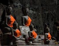 Le Buddhas dans le temple de Tham Khao Luang, Thaïlande Photographie stock libre de droits