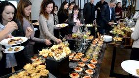 Le buffet et les gens mangent de la nourriture banque de vidéos
