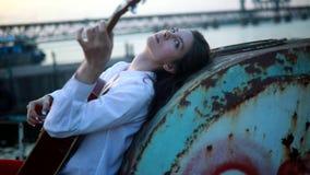Le bugie della donna, gioca la chitarra e canta su una vecchia nave archivi video