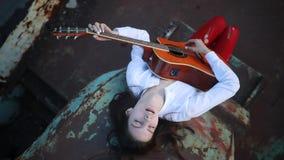 Le bugie della donna, gioca la chitarra e canta su una vecchia nave stock footage