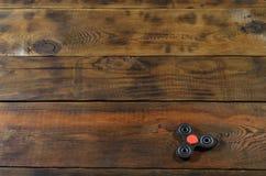 Le bugie di legno fatte a mano rare di un filatore di irrequietezza su un fondo di legno marrone sorgono Alleviamento di sforzo d immagine stock