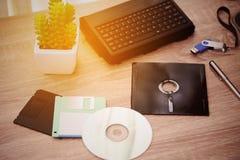 Le bureau avec la note, l'A à disque souple, le B à disque souple et la mémoire conduisent dans le siège social, le bureau privé  Images libres de droits