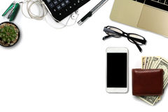 Le bureau blanc avec des dollars US comptent, smartphone avec le noir Photographie stock