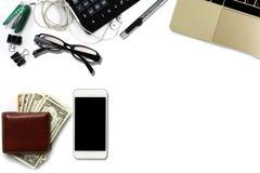 Le bureau blanc avec des dollars US comptent, smartphone avec le noir Image stock