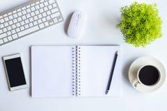 Le bureau blanc de bureau avec l'ordinateur portable, le smartphone et autre fonctionnent le supplie Photo libre de droits