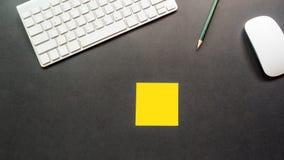 Le bureau d'espace de travail avec le clavier et le post-it copient l'espace Photos libres de droits