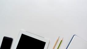 Le bureau d'espace de travail avec l'ordinateur portable et le téléphone intelligent copient le fond de l'espace Photo libre de droits