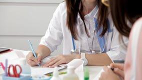 Le bureau de dermatologue de médecin fait à brune de recommandations le patient féminin Les femmes existe dans l'uniforme médical clips vidéos