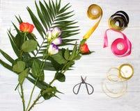 Le bureau de fleuriste avec des outils de travail sur le fond en bois photographie stock