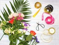Le bureau de fleuriste avec des outils de travail sur le fond en bois images libres de droits