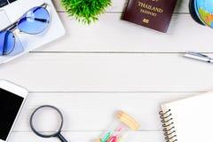 Le bureau de ouvrière et d'employés de personnes thaïlandaises a rêver de voyage et p Image stock