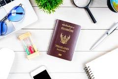 Le bureau de ouvrière et d'employés de personnes thaïlandaises a rêver de voyage et p Photo libre de droits