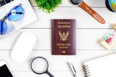 Le bureau de ouvrière et d'employés de personnes thaïlandaises a rêver de voyage et p Photos stock