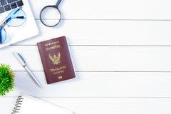 Le bureau de ouvrière et d'employés de personnes thaïlandaises a rêver de voyage et p Photo stock