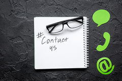 Le bureau de service de support à la clientèle avec le contactez-nous se connecte la vue supérieure de fond foncé images libres de droits
