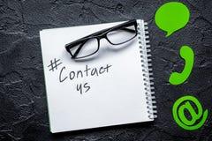 Le bureau de service de support à la clientèle avec le contactez-nous se connecte b foncé photos libres de droits