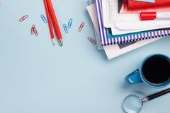 Le bureau de table de bureau avec des approvisionnements, bloc-notes vide, tasse, stylo, PC, a chiffonné le papier, fleur sur le  Photographie stock