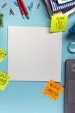 Le bureau de table de bureau avec des approvisionnements, bloc-notes vide, tasse, stylo, PC, a chiffonné le papier, fleur sur le  Image stock