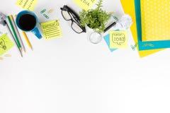 Le bureau de table de bureau avec des approvisionnements de vert, bloc-notes vide, tasse, stylo, verres, a chiffonné le papier, l Photographie stock