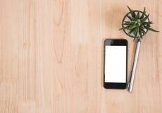 Le bureau des affaires des fournitures de bureau et les instruments téléphonent, parquent, cactus sur en bois vide Photo libre de droits