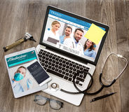 Le bureau du docteur en bois dans la définition élevée avec l'ordinateur portable, le comprimé et le MOIS Images libres de droits