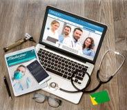 Le bureau du docteur en bois dans la définition élevée avec l'ordinateur portable, le comprimé et le MOIS Image stock