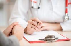 Le bureau du docteur pendant la consultation du patient dedans Images libres de droits
