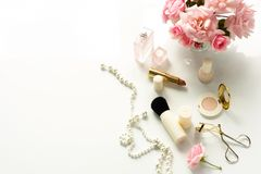 Le bureau féminin, espace de travail, femelle composent des accessoires, Photographie stock