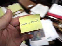 Le bureau malpropre avec font une note de plan photographie stock libre de droits