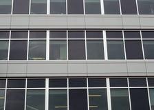 Le bureau moderne d'aluminium et de mur de verre d'architecture de bâtiment metal le gratte-ciel Image libre de droits