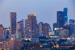 Le bureau municipal de Bangkok en centre ville s'allume avec le fond clair de ciel Photo libre de droits