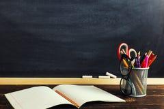 Le bureau ou un travailleur du professeur, sur lesquels les matériaux d'inscription se trouvent et des livres Blanc pour le texte images stock