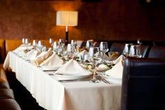 Le bureau servi dans un restaurant avec léger amorti préparent pour l'arrivée des invités Photos stock