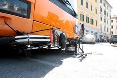 Le bus d'accidents écrase le cycliste Image stock