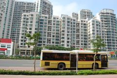 Le bus dans la ville Photo stock