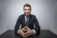 Le businessmann på ett skrivbord Arkivfoto
