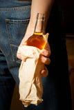 Le buveur dur cache une bouteille Images libres de droits