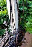 Le câble électrique et la communication câblent sur les poteaux électriques a Photos stock